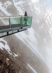 THEMENBILD - eine Frau auf einer Aussichtsplattform im Hochnebel aufgenommen am 14. April 2017 am Kitzsteinhorn Gletscher, Kaprun Österreich // a woman on a viewing platform in the high fog at the Kitzsteinhorn Glacier Ski Resort, Kaprun Austria on 2017/04/14. EXPA Pictures © 2017, PhotoCredit: EXPA/ JFK