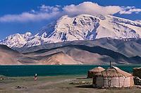 Chine, Province du Sinkiang (Xinjiang), Lac Karakul (3500m d'altitude) et le Mustagh-Ata (7546m). Yourte Kirghiz. // China, Sinkiang Province (Xinjiang), Karakul (Karakoul) lake (3500m altitude) and Mustagh-Ata mountain (7546m). Kirghiz yurte.