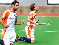 MELBOURNE -    Quirijn Caspers (r) heeft gescoord  tijdens de hockeywedstrijd tussen de mannen van Nederland en Belgie (5-4) bij de Champions Trophy hockey in Melbourne. links Valentin Verga. ANP KOEN SUYK