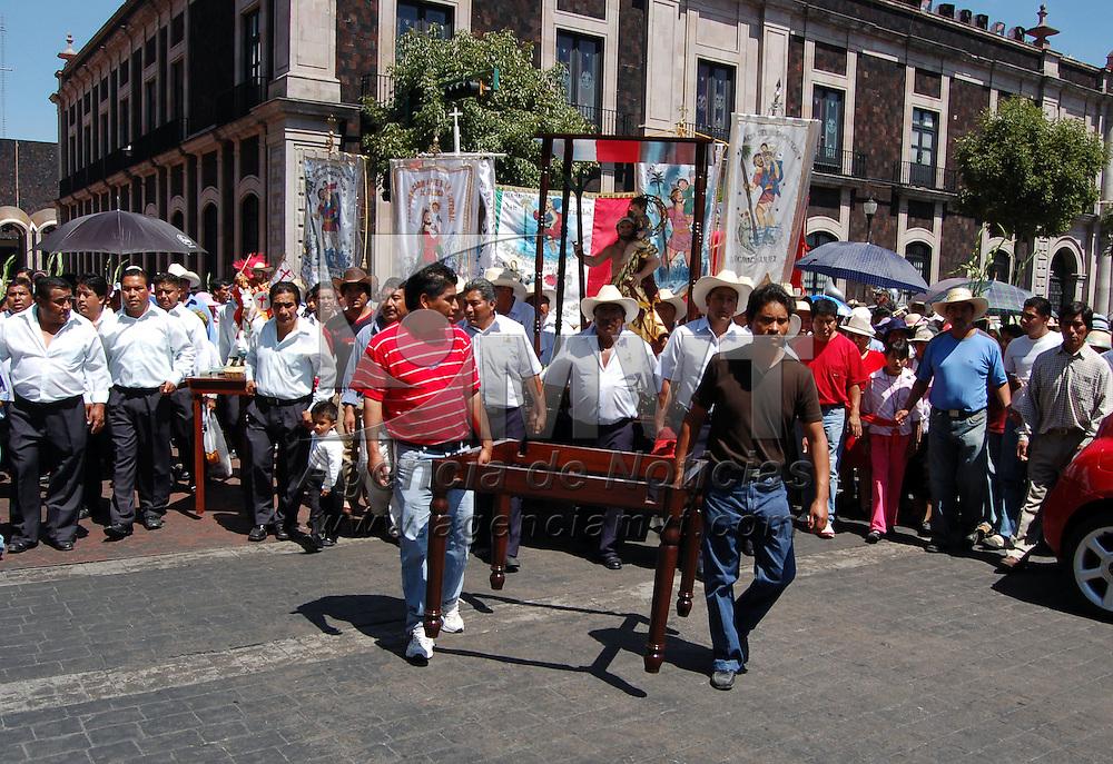Toluca, Mex.- Feligreses marchan en el centro de la ciudad para conmemorar a la Señora del Carmen. Agencia MVT / Alfonso García. (DIGITAL)<br /> <br /> <br /> <br /> <br /> <br /> <br /> <br /> NO ARCHIVAR - NO ARCHIVE