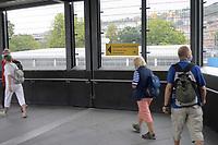 DEU, Deutschland, Germany, Stuttgart, 17.09.2020: Hinweisschild auf die Corona-Teststation für Reisende aus Risikogebieten am Stuttgarter Hauptbahnhof.
