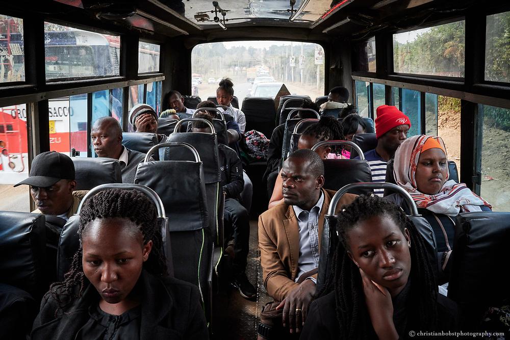 Fahrgäste eines ganz konventionellen Matatus auf der Nairobi-Rongai Linie – nicht alle Pendler schätzen die Themen-Matatus mit ihren lauten Lautsprecher Anlagen. Einige bevorzugen konventionelle Busse, in welchen sie vor oder nach einem anstrenenden Arbeitstag ihre Ruhe haben. Zudem sind die speziell ausgestatteten Matatus natürlich auch teurer als die konvetionellen.