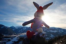 31.01.2013, Schladming, AUT, FIS Weltmeisterschaften Ski Alpin, Schladming 2013, Vorberichte, im Bild Maskottchen Hopsi mit einem Teleskop mit Blick auf Rohrmoos am 31.01.2013 // mascot Hopsi with a telescope and view to Rohrmoos on 2013/01/31, preview to the FIS Alpine World Ski Championships 2013 at Schladming, Austria on 2013/01/31. EXPA Pictures © 2013, PhotoCredit: EXPA/ Martin Huber