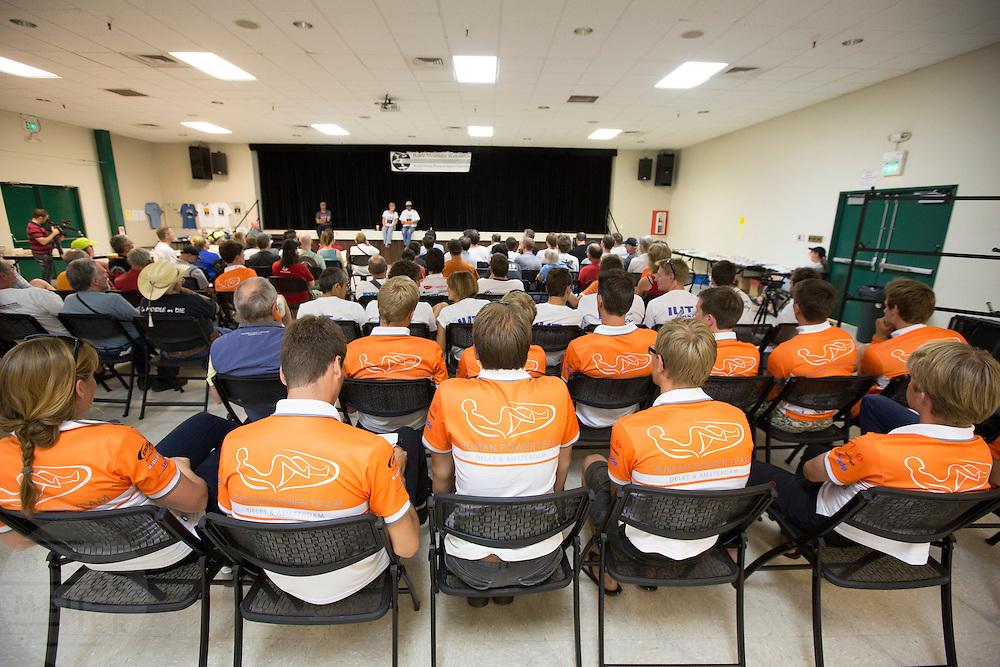 Overleg in het civic center om de teams te informeren over de gang van zaken. In Battle Mountain (Nevada) wordt ieder jaar de World Human Powered Speed Challenge gehouden. Tijdens deze wedstrijd wordt geprobeerd zo hard mogelijk te fietsen op pure menskracht. Ze halen snelheden tot 133 km/h. De deelnemers bestaan zowel uit teams van universiteiten als uit hobbyisten. Met de gestroomlijnde fietsen willen ze laten zien wat mogelijk is met menskracht. De speciale ligfietsen kunnen gezien worden als de Formule 1 van het fietsen. De kennis die wordt opgedaan wordt ook gebruikt om duurzaam vervoer verder te ontwikkelen.<br /> <br /> The meeting in the civic center to inform everyone on the procedures. In Battle Mountain (Nevada) each year the World Human Powered Speed Challenge is held. During this race they try to ride on pure manpower as hard as possible. Speeds up to 133 km/h are reached. The participants consist of both teams from universities and from hobbyists. With the sleek bikes they want to show what is possible with human power. The special recumbent bicycles can be seen as the Formula 1 of the bicycle. The knowledge gained is also used to develop sustainable transport.