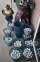 GOUDA - GOLFBAAN IJSSELWEIDE , kennismaken met golf tijdens Open Golfdag, mandjes met oefenballen. COPYRIGHT KOEN SUYK