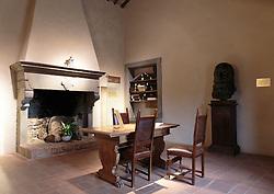 THEMENBILD - Das Casa natale di Leonardo da Vinci liegt rund 3 km von Vinci in Anchiano. Die Geburt Leonardos am 15. April 1452 in diesem Landhaus ist durch alte Überlieferung und den Historiker Emanuele Repetti belegt. Das Gebäude liegt inmitten einer Landschaft, die immer noch der Umgebung ähnelt, die der kleine Leonardo von Kindheit an betrachtete. Im Inneren des Hauses befindet sich eine didaktische Dauerausstellung mit Reproduktionen von Zeichnungen, die Anblicke der toskanischen Landschaft und einen von Leonardo gezeichneten Plan des Valdarno zeigen. hier im Bild Zentraler Raum mit Kamin. Aufgenommen am 18. Oktober 2015 // Leonardo da Vinci's birthplace lies around 3 kilometres from Vinci, in Anchiano. It has long been thought, based on theories suggested by historian Emanuele Repetti, that Leonardo was born in this country residence on 15 April 1452.The surrounding landscape is still very similar to that which Leonardo would have known as a young boy. Inside is a permanent educational exhibition that includes reproductions of drawings depicting views of the Tuscan countryside and a map of Valdarno drawn by Leonardo. Pictured on 18. October 2015. EXPA Pictures © 2015, PhotoCredit: EXPA/ Johann Groder