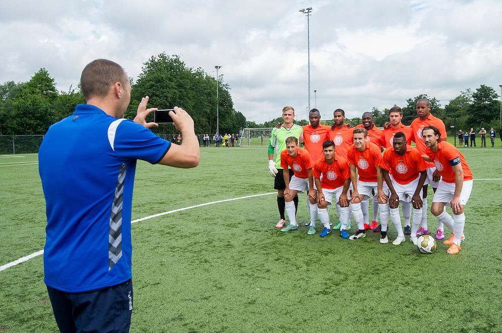 Foto: Gerrit de Heus. Driehuis. 14-07-2015. Elftal VVCS. Danny Hesp maakt een elftalfoto
