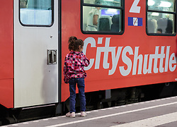 13.09.2015, Hauptbahnhof Salzburg, AUT, Fluechtlinge am Hauptbahnhof Salzburg auf ihrer Reise nach Deutschland, im Bild ein Migrantenkind steht vor einer geschlossenen Türe eines Zuges // a migrant child is faced with a closed door of a train. According to reports thousands of refugees fleeing violence and persecution in their own countries continue to make their way toward the EU, just days before Euopean leaders are set to meet in Brussels to discuss a solution to the arrival of so many people, Main Train Station, Salzburg, Austria on 2015/09/13. EXPA Pictures © 2015, PhotoCredit: EXPA/ JFK