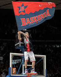 15.05.2010, Fernando Buesa Arena, Vitoria Gazteiz, ESP, ACB, Finals, Caja Laboral Baskonia vs FC Barcelona im Bild Caja Laboral Baskonia's Walter Herrmann feiert den Sieg im Finale gegen den FC Barcelona, in dem er auf den Basketballkorb steigt, EXPA Pictures © 2010, PhotoCredit: EXPA/ Alterphotos/ Acero / SPORTIDA PHOTO AGENCY