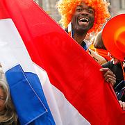NLD/Amsterdam/20130430 - Inhuldiging Koning Willem - Alexander, mensen met de nederlandse vlag