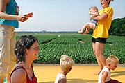 Malden, 24-6-2005Hoewel de schoolkinderen het af lieten weten waren er toch nog genoeg liefhebbers voor het springkussen bij het Maisdoolhof.Wien vd Brink verkent in de verte de route.Foto: Flip Franssen