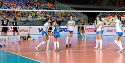 28-09-2015 NED: Volleyball European Championship Polen - Slovenie, Apeldoorn<br /> Polen wint met 3-0 van Slovenie / Slovenie viert feest na een prachtige rally<br /> Photo by Ronald Hoogendoorn / Sportida
