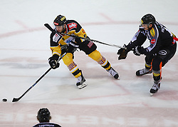 02.02.2016, Albert Schultz Eishalle, Wien, AUT, EBEL, UPC Vienna Capitals vs Dornbirner Eishockey Club, Platzierungsrunde, im Bild Nikolaus Hartl (UPC Vienna Capitals) und Oliver Achermann (Dornbirner EC) // during the Erste Bank Icehockey League placement round match between UPC Vienna Capitals and Dornbirner Eishockey Club at the Albert Schultz Ice Arena, Vienna, Austria on 2016/02/02. EXPA Pictures © 2016, PhotoCredit: EXPA/ Thomas Haumer