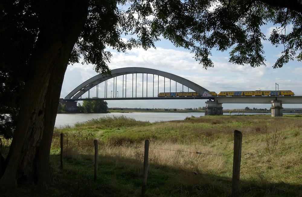Nederland, Culemborg, 4 oktober 2002.Spoorbrug over de lek met trein..Landschap..Foto (c) Michiel Wijnbergh/Hollandse Hoogte