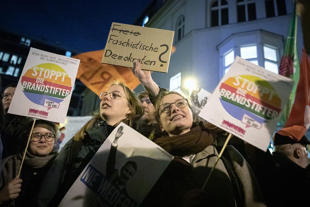 Über 1000 Menschen protestieren vor der Bundeszentrale der FDP in Berlin gegen die Wahl von Thomas Kemmerich (FDP) zum Ministerpräsidenten  von Thüringen durch die Stimmen der rechtsextremen AfD (Alternative für Deutschland).  Die Demonstranten werfen der FDP eine Zusammenarbeit mit der AfD vor. Demonstranten mit Schild: Freie Faschistische Demokraten?<br /> <br /> [© Christian Mang - Veroeffentlichung nur gg. Honorar (zzgl. MwSt.), Urhebervermerk und Beleg. Nur für redaktionelle Nutzung - Publication only with licence fee payment, copyright notice and voucher copy. For editorial use only - No model release. No property release. Kontakt: mail@christianmang.com.]