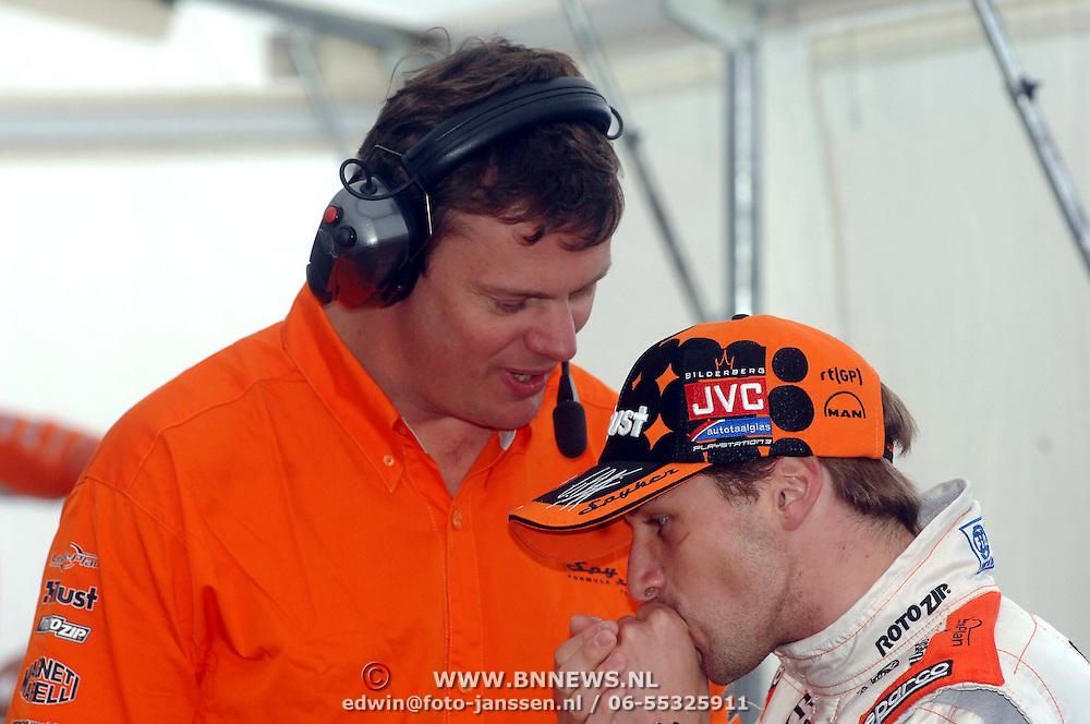 NLD/Volkel/20070420 - Spyker F1 meets F16, Full Throttle 2007, Christijan Albers in gesprek met zijn engineer