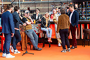 DEN HAAG, 27-04-2021, Paleis Noordeinde<br /> <br /> Vanaf het terrein van Paleis Noordeinde sluiten The Streamers Koningsdag feestelijk af. Op het binnenplein van het Koninklijk Staldepartement geven The Streamers het tweede concert van hun 'Holland Tour'. Foto: Brunopress/Patrick van Emst<br /> <br /> King Willem-Alexander, Queen Maxima with their daughters Princess Amalia, Princess Alexia and Princess Ariane during King's Day 2021<br /> <br /> Op de foto: Koning Willem-Alexander met hun dochters  Paul de Munnik, Thomas Acda, Danny Vera, Miss Montreal, Paul de Leeuw, Duncan Laurence, Armin van Buuren, Roel Van Velzen en Guus Meeuwis