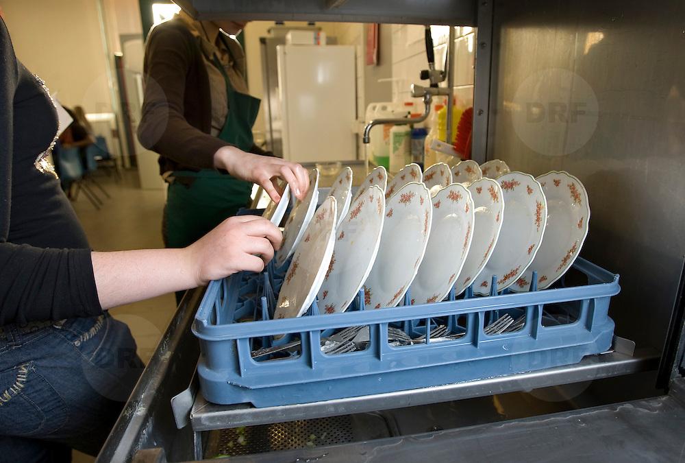 Nederland Rotterdam  29 januari 2009 20090129 Foto: David Rozing.Leerlingen VMB Noordrand college, studie richting zorg en welzijn doen afwas..Dutch vmbo students washing dishes..Foto: David Rozing