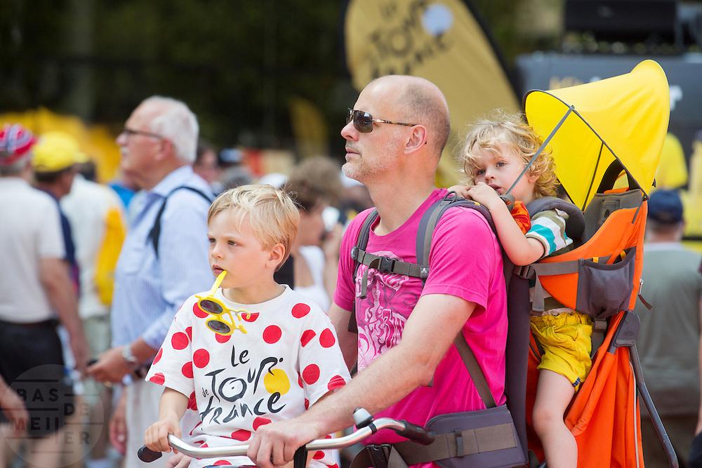 Een vader staat met twee kinderen op de fiets bij de finish. In Utrecht is deTour de France van start gegaan met een tijdrit. De stad was al vroeg vol met toeschouwers. Het is voor het eerst dat de Tour in Utrecht start.<br /> <br /> In Utrecht the Tour de France has started with a time trial. Early in the morning the city was crowded with spectators. It is the first time the Tour starts in Utrecht.