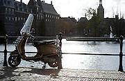 Vespa scooter bij de Hofvijver, Den Haag, Zuid-Holland  - Vespa scooter near the Hofvijver, The Hague, Netherlands