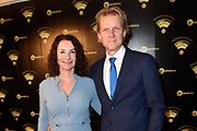 Uitreiking van de Gouden RadioRing 2017 tijdens de .<br /> radiovakprijzen in Theater Gooiland.<br /> <br /> Op de foto:    Menno Bentveld en partner