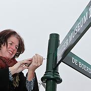 NLD/Huizen/20101228 - Wethouder Janny bakker uit Huizen plaatst nieuwe bewegwijzeringsborden bij het Huizer Museum