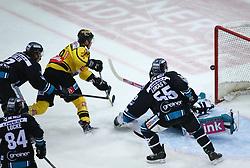 25.02.2018, Albert Schultz Halle, Wien, AUT, EBEL, Vienna Capitals vs EHC Liwest Black Wings Linz, 7. Platzierungsrunde, im Bild Brian Lebler (EHC Liwest Black Wings Linz), Corey Locke (EHC Liwest Black Wings Linz), Mario Fischer (UPC Vienna Capitals), Robert Lukas (EHC Liwest Black Wings Linz) und Michael Ouzas (EHC Liwest Black Wings Linz) // during the Erste Bank Icehockey League 7th placement round match between Vienna Capitals and EHC Liwest Black Wings Linz at the Albert Schultz Ice Arena, Vienna, Austria on 2018/02/25. EXPA Pictures © 2018, PhotoCredit: EXPA/ Thomas Haumer