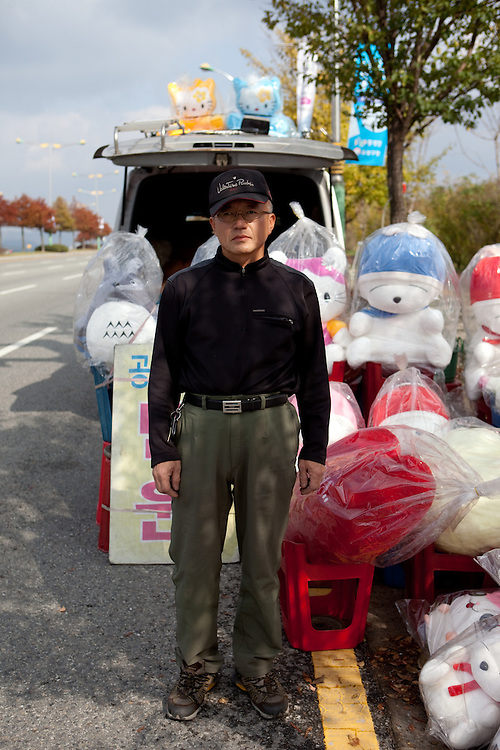 Teddy bear seller close to Gongju, this Korean city was the second capital of the Baekje kingdom from AD 475 for 70 years, South Korea, Republic of Korea, KOR, 31 November 2009.