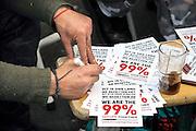 Nederland, Amsterdam 21-10-2011 Actievoerders bij de Beurs in Amsterdam. De occupy beweging bezet het beursplein. Zij protesteren tegen de macht van banken, en de falende politiek.Foto: Flip Franssen/Hollandse Hoogte