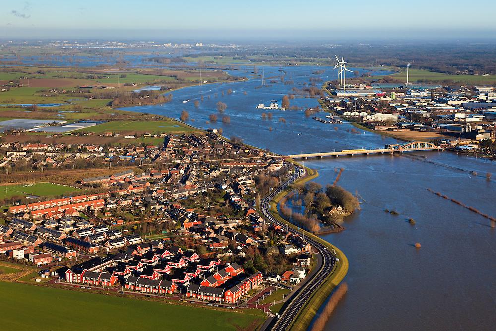 Nederland, Gelderland, Zutphen, 01-20-2011; IJssel bij Zutphen, het buurtschap De Hoven met nieuwbouw. Het gebied maakt deel uit van de IJsselsprong waarin een nevengeul in de uiterwaarden gecombineerd wordt met nieuwe natuur en stedenbouwkundige ontwikkelingen. IJssel near Zutphen,  the hamlet De Hoven with new residential neighborhood. The whole area is part of the IJssel'leap', a plan that combines a new water channel in the floodplain with new nature and urban development. luchtfoto (toeslag), aerial photo (additional fee required) foto/photo Siebe Swart