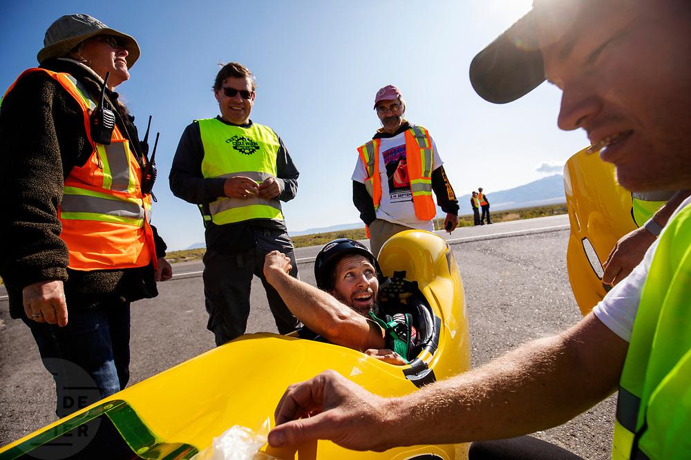 De ochtendruns van de vierde racedag. In Battle Mountain (Nevada) wordt ieder jaar de World Human Powered Speed Challenge gehouden. Tijdens deze wedstrijd wordt geprobeerd zo hard mogelijk te fietsen op pure menskracht. De deelnemers bestaan zowel uit teams van universiteiten als uit hobbyisten. Met de gestroomlijnde fietsen willen ze laten zien wat mogelijk is met menskracht.<br /> <br /> In Battle Mountain (Nevada) each year the World Human Powered Speed Challenge is held. During this race they try to ride on pure manpower as hard as possible.The participants consist of both teams from universities and from hobbyists. With the sleek bikes they want to show what is possible with human power.