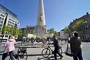 Nederland, Amsterdam, 6-5-2020  Op het nationaal monument op de Dam staan nog de kransen die geplaatst zijn door o.a. de koning en koningin tijdens de dodenherdenking op 4 mei . Die vond vanwege de coronacrisis, coronamaatregelen, plaats zonder publiek .Foto: Flip Franssen