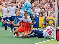 AMSTELVEEN - Jeroen Hertzberger (Ned) heeft gescoord   tijdens de wedstrijd om de 3e plaats ,   Nederland-Groot Brittannie (5-3),  bij  de Pro League Grand Final hockeywedstrijd heren. rechts Adam Dixon (GBR) .COPYRIGHT KOEN SUYK
