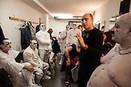 """Il back stage  del teatro della Tosse di Genova, dove i detenuti attori della compania della Fortezza hanno rammpresentato 'Hamlice """" tratto da 'Alice nel Paese delle meraviglie' , regia Armando Punzo. Il regista con i suoi attori"""