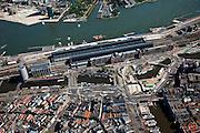 Nederland, Amsterdam, Stationplein, 12-05-2009; Stationseiland voor het Centraal Station met in het Open Havenfront de bouwput van de Noord/Zuidlijn. Boven in beeld de damwanden voor het Noordelijk deel van de lijn, tegenover CS bij de Sixhaven. Linksboven Overhoeks. In de bouwput wordt boormachine opgebouwd en de tunnelboormachie zal als eerste gaan boren onder het water van het Damrak (midden rechtsonder). Overview of the construction of the underground (metro) in  the Central Station area in Amsterdam from the air. Swart collectie, luchtfoto (toeslag); Swart Collection, aerial photo (additional fee required).foto Siebe Swart / photo Siebe Swart