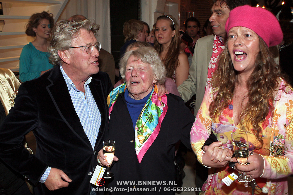 NLD/Naarden/20080401 - Het Arsenaal van jan des Bouvrie bestaat 15 jaar, Jan met zijn moeder en dochter Nicole des Bouvrie