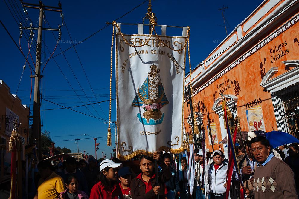 Habitantes de Sanctorum llevan a cabo una procesion por la Virgen de los Remedios en Cholula Puebla