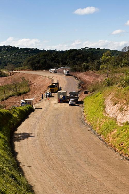 Jeceaba_MG, Brasil...Caminhoes em uma estrada em Jeceaba, Minas Gerais...Trucks in the road in Jeceaba, Minas Gerais...Foto: BRUNO MAGALHAES / NITRO