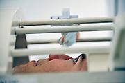 Nederland, Nijmegen, 31-10-2011Bij het FC Donderscentrum van de Radboud universiteit wordt mbv MRI scanner onderzoek gedaan naar de werking van het brein, en processen die zich in de hersenen afspelen. Cognitieve neuroscience. Hierbij wordt samengewerkt door het FC Donderscentrum, het NICI, het umcn en het NCMLS. Een van de doelen is meer inzicht te krijgen in de ziekte van Parkinson. Op de foto is te zien hoe een vrijwilliger in de scanner aktief is bij het kijken naar beelden via een spiegeltje.Foto: Flip Franssen