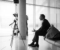 DEU, Deutschland, Germany, Berlin, 21.04.2020: FDP-Partei- und Fraktionschef Christian Lindner bei der Aufzeichnung eines Videos mit einem Smartphone für einen Social Media Kanal der FDP-Fraktion im Deutschen Bundestag.