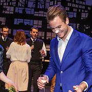 NLD/Amsterdam/20150213 - Supriseparty GTST collega's jarige Guido Spek, taart aansnijden door Guido Spek en Jim Bakkum