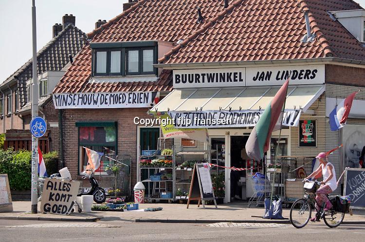 Nederland, Nijmegen, 27-4-2020 Buurtwinkel Jan Linders in de volkswijk het Waterkwartier doet een oproep aan de mensen om de moed erin te houden . Daarbij doelt hij op de lockdown van de samenleving vanwege de coronacrisis en andere coronamaatregelen zoals thuisblijven . . FOTO: FLIP FRANSSEN