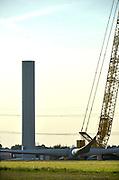 Nederland, Ressen, 30-8-2016 Een van vijf nieuwe windmolens van de coöperatie WindpowerNijmegen. Ze gaan een windpark realiseren in Nijmegen-Noord, langs de snelweg A15. Leden kunnen meebeslissen binnen de coöperatie en investeren in het windpark. Daarnaast kunnen leden 100% groene stroom afnemen. Naar verwachting gaat het windpark energie opleveren voor 8.900 huishoudens. WindpowerNijmegen is een cooperatie, met leden uit Nijmegen en Overbetuwe, maar ook daarbuiten. Een belangrijk doel van de coöperatie is om met zoveel mogelijk leden eigenaar te worden van Windpark Nijmegen-Betuwe. FOTO: FLIP FRANSSEN