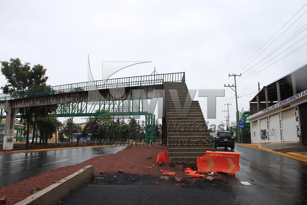 Atlacomulco, Mexico.- La ampliación a la vía Jorge Jiménez Cantú, que atraviesa en centro de Atlacomulco, dejó un puente peatonal prácticamente a la mitad de la carretera, lo cual representa un peligro tanto para conductores como para los peatones de la zona. Agencia MVT / Beatriz Rodriguez.