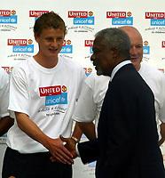 Fotball<br /> <br /> Manchester United i USA 2003<br /> <br /> Foto: Digitalsport<br /> <br /> NORWAY ONLY<br /> <br /> Photo Aidan Ellis.<br /> Manchester United at the United Nations Building in New York.(29/07/03).<br /> Ole Gunnar Solskjær meets UN president Kofi Annan