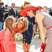 NLD/Zevenhuizen/20150709 -  Koningin Maxima opent het Leontienhuis, een initiatief van oud-wielrenster Leontien Zijlaard-van Moorsel, Indy van Zijlaard bied samen met haar moeder Leontien bloemen aan aan koningin Maxima
