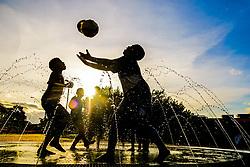 May 7, 2017 - Crianças brincam de futebol no chafariz da Praça dos Espanhóis em Sorocaba, SP. (Credit Image: © Cadu Rolim/Fotoarena via ZUMA Press)