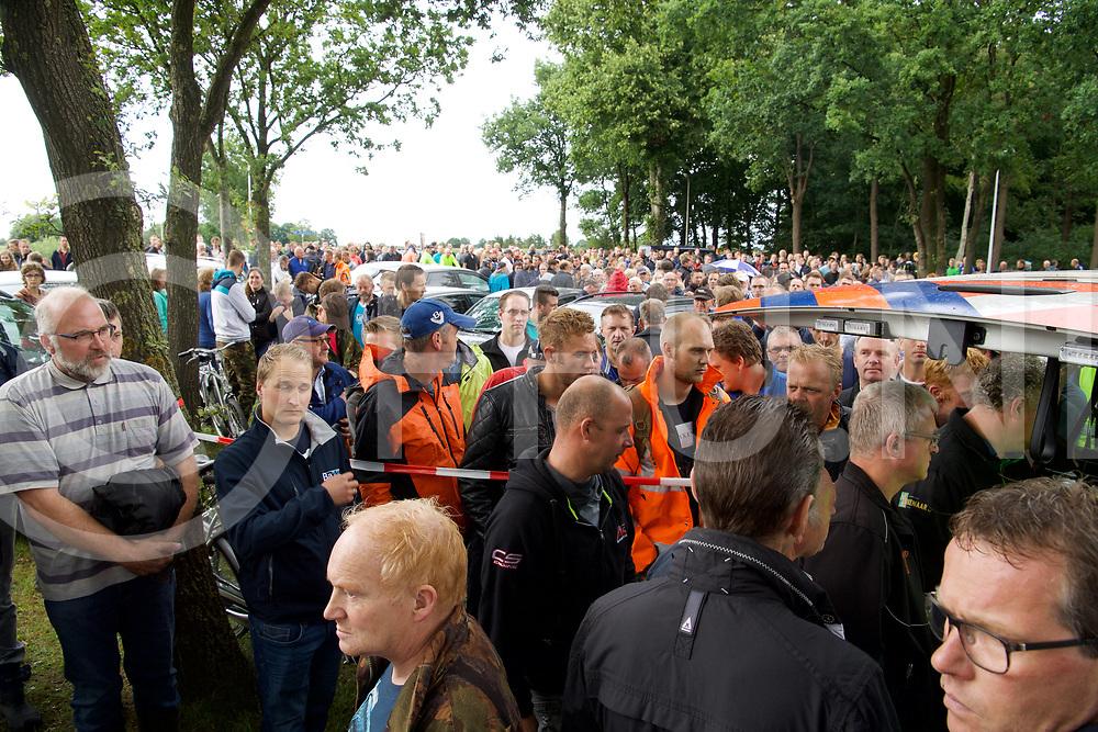 STAPHORST - Zoekactie Bert v/d Hoek onder weg met een blauw/grijze fiets.<br /> Aan de Kamweg bij Talens Houthandel kwamen honderden mensen om deel te nemen aan de zoekactie.<br /> Foto: Dringen bij het poltie busje waar de mesne op een kaart uitleg kregen waar de zoeken.<br /> FFU PRESS AGENCY COPYRIGHT FRANK UIJLENBROEK