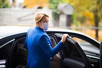 DEU, Deutschland, Germany, Berlin, 11.11.2020: Bundesfamilienministerin Dr. Franziska Giffey (SPD) steigt nach einem Besuch der Bundespressekonferenz in ihren Dienstwagen.
