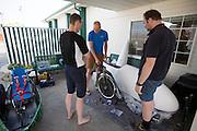 Team Cygnus maakt hu fiets klaar na aankomst in Battle Mountain. In Battle Mountain (Nevada) wordt ieder jaar de World Human Powered Speed Challenge gehouden. Tijdens deze wedstrijd wordt geprobeerd zo hard mogelijk te fietsen op pure menskracht. Ze halen snelheden tot 133 km/h. De deelnemers bestaan zowel uit teams van universiteiten als uit hobbyisten. Met de gestroomlijnde fietsen willen ze laten zien wat mogelijk is met menskracht. De speciale ligfietsen kunnen gezien worden als de Formule 1 van het fietsen. De kennis die wordt opgedaan wordt ook gebruikt om duurzaam vervoer verder te ontwikkelen.<br /> <br /> In Battle Mountain (Nevada) each year the World Human Powered Speed Challenge is held. During this race they try to ride on pure manpower as hard as possible. Speeds up to 133 km/h are reached. The participants consist of both teams from universities and from hobbyists. With the sleek bikes they want to show what is possible with human power. The special recumbent bicycles can be seen as the Formula 1 of the bicycle. The knowledge gained is also used to develop sustainable transport.